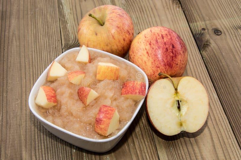 Applesauce med äpplen arkivfoto