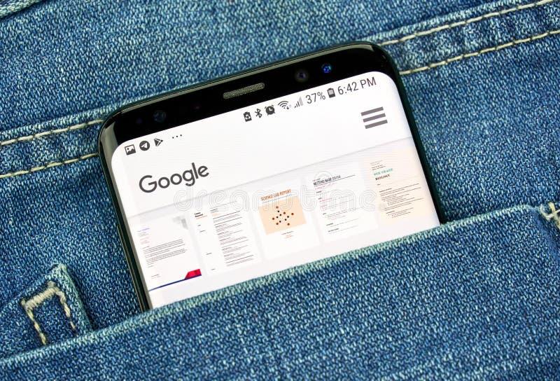 Appli de Google Documents sur un écran de téléphone dans une poche photographie stock