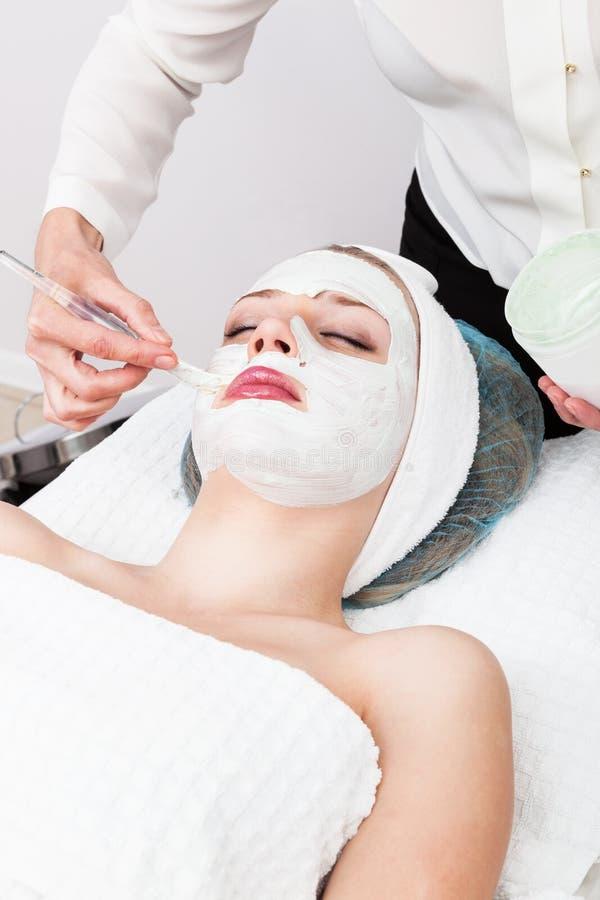 Application d'un masque cosmétique photo stock