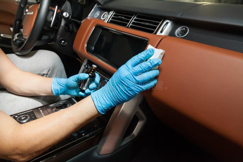 Application d'un revêtement en nano-céramique pour l'intérieur Ceramic Pro Leather 9h et Light sur le dashboard de la voiture rem photos libres de droits