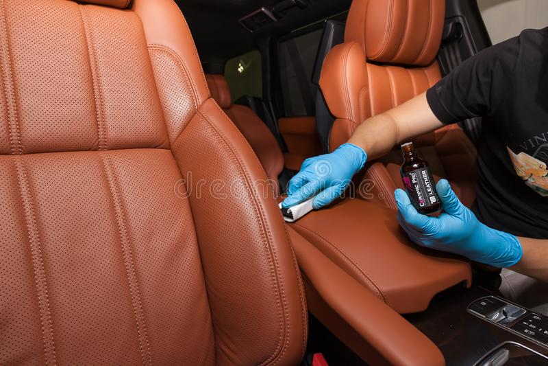 Application d'un revêtement en nano-céramique pour l'intérieur Ceramic Pro Leather 9h et Light sur le siège de la voiture revêtem photos libres de droits