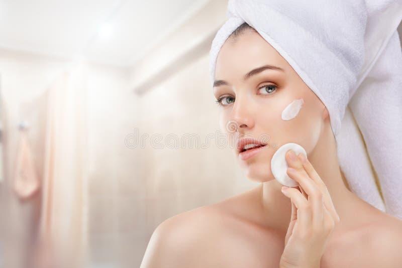 Application de la crème cosmétique images stock