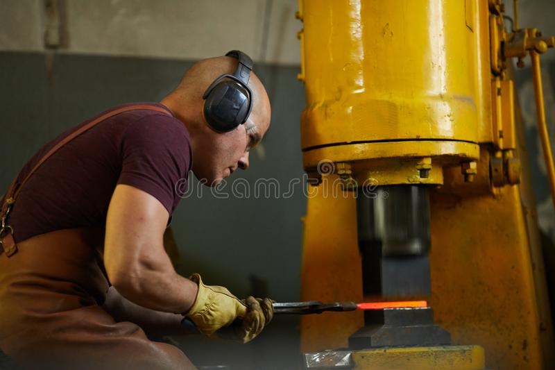 Application de la pression hydraulique de se déformer du métal image stock