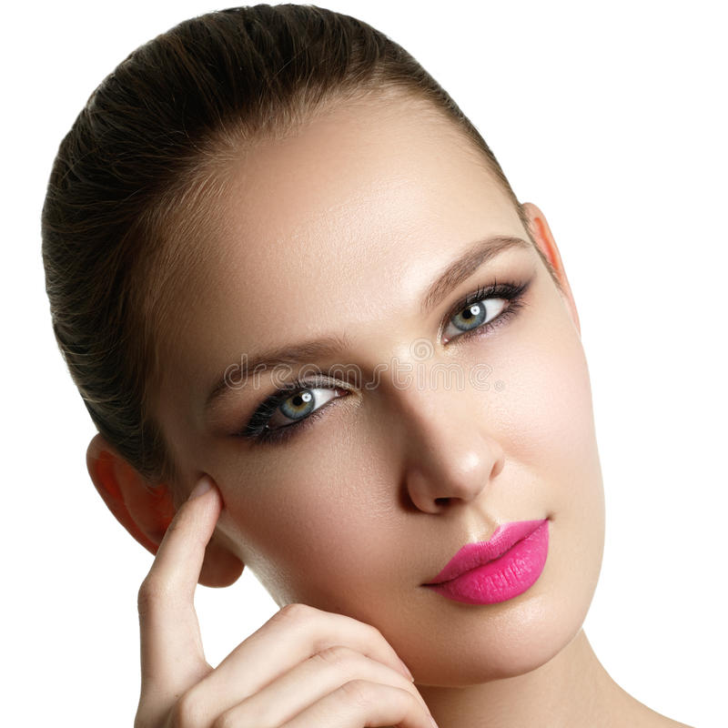 Application de mascara Long plan rapproché de mèches Brosse de mascara cils photographie stock