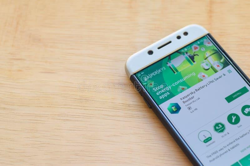 Application de réalisateur de la vie de batterie de Kaspersky sur l'écran de Smartphone L'épargnant et le propulseur est un web b photos stock