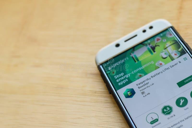 Application de réalisateur de la vie de batterie de Kaspersky sur l'écran de Smartphone L'épargnant et le propulseur est un web b photographie stock libre de droits