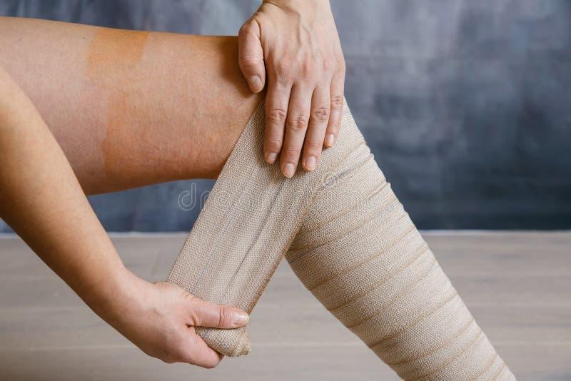 Application du bandage de compression élastique photos stock