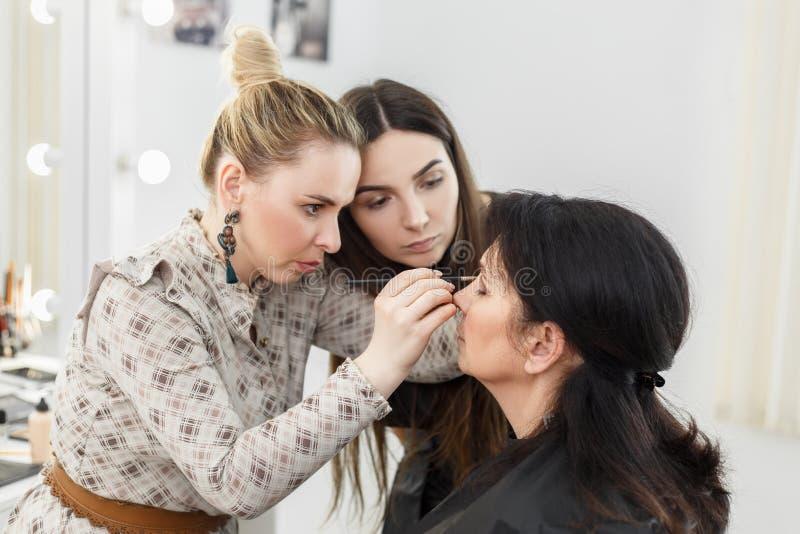 Application du maquillage sur les yeux photo stock