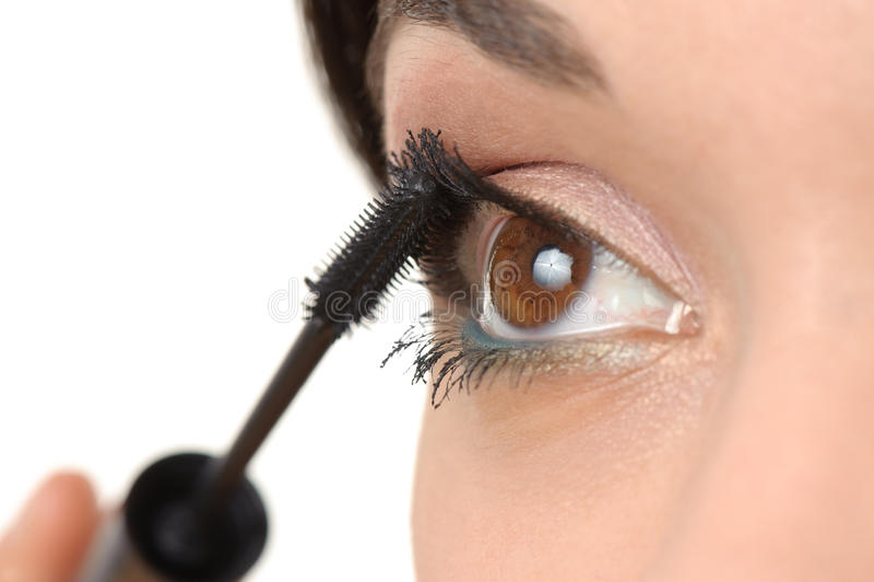 Application du mascara utilisant le balai de jeu photographie stock