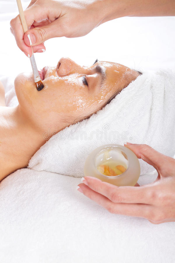 Application du massage facial de miel photographie stock