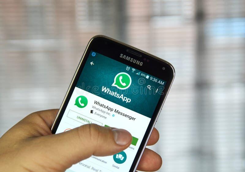Application mobile de Whatsapp à un téléphone portable images stock