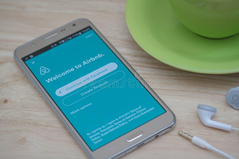 Application ouverte d'Airbnb de téléphone de Moblie sur l'écran Airbnb est un site Web pour que les personnes énumèrent, pour tro images stock