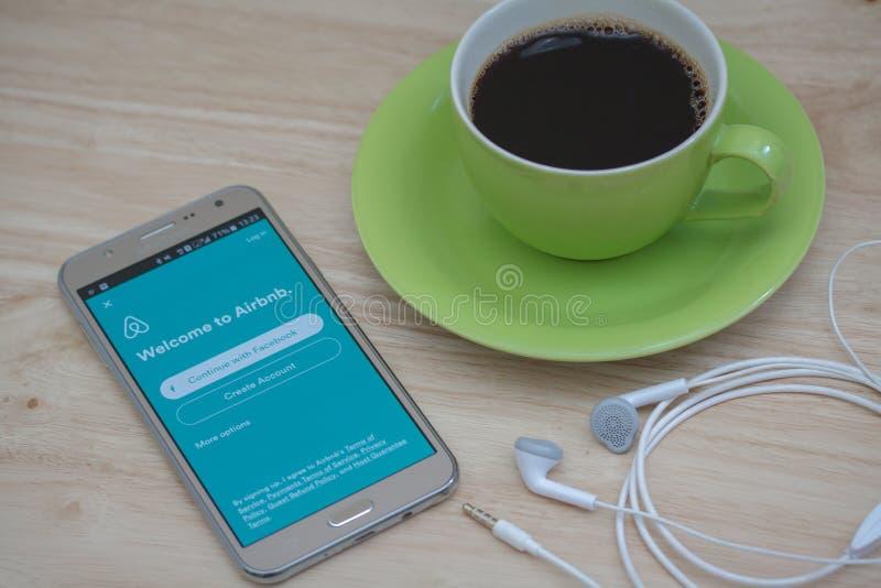 Application ouverte d'Airbnb de téléphone de Moblie sur l'écran Airbnb est un site Web pour que les personnes énumèrent, pour tro photo stock