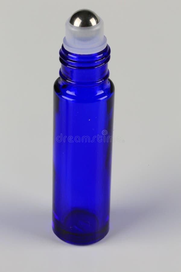 Applicatore roll-on su una bottiglia di olio essenziale di salute fotografia stock libera da diritti