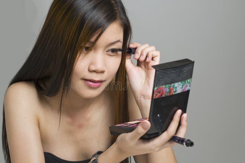 Applicazione del trucco del eyeliner fotografie stock libere da diritti