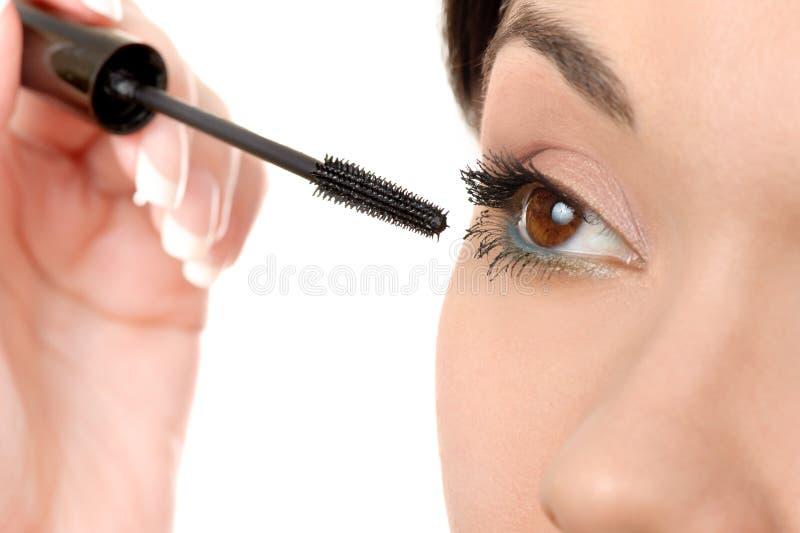 Applicazione della mascara facendo uso della spazzola della sferza fotografia stock