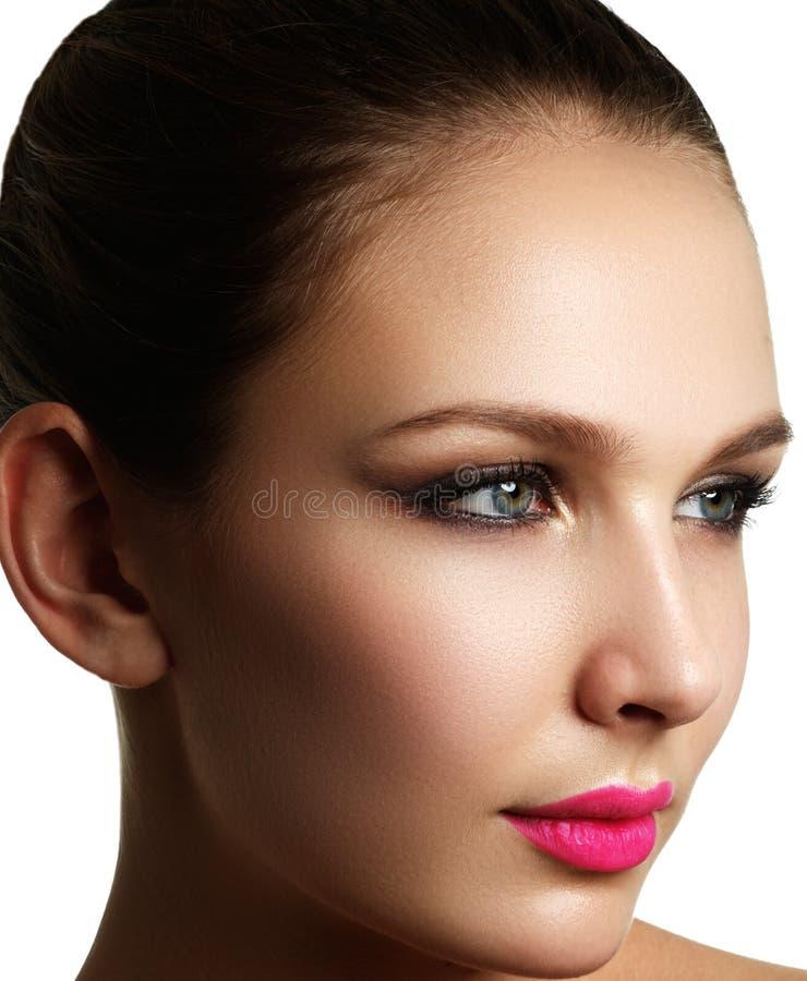 Applicazione della mascara Primo piano lungo delle sferze Spazzola della mascara eyelashes fotografie stock libere da diritti