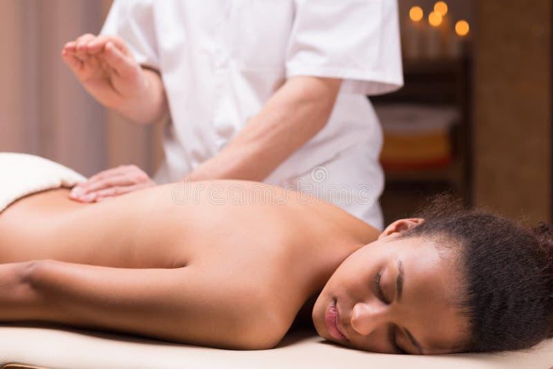 Applicazione delle tecniche differenti di massaggio per ridurre il suo dolore immagini stock
