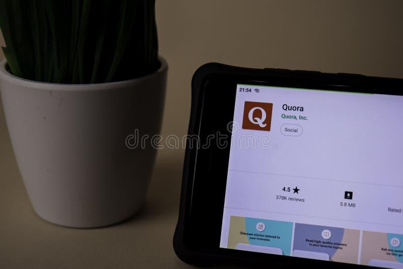 Applicazione dello sviluppatore dei quorum sullo schermo di Smartphone I quorum è un web browser del freeware immagine stock