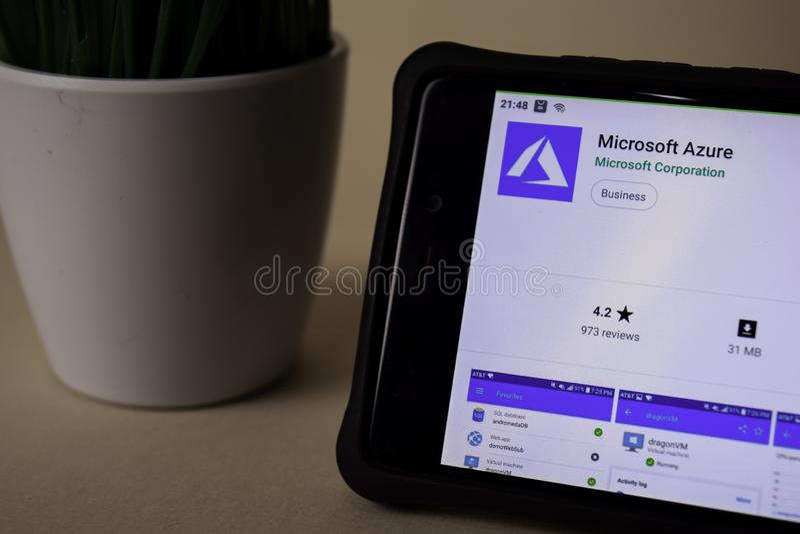 Applicazione dello sviluppatore del Microsoft Azure sullo schermo di Smartphone L'azzurro è un web del freeware immagine stock libera da diritti