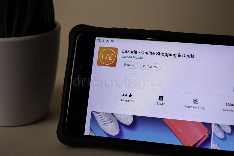 Applicazione dello sviluppatore di Lazada sullo schermo di Smartphone L'acquisto & gli affari online è un freeware fotografie stock libere da diritti