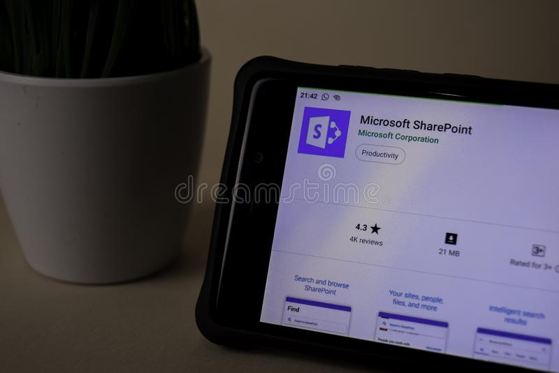 Applicazione dello sviluppatore di Microsoft SharePoint sullo schermo di Smartphone SharePoint è un freeware fotografie stock