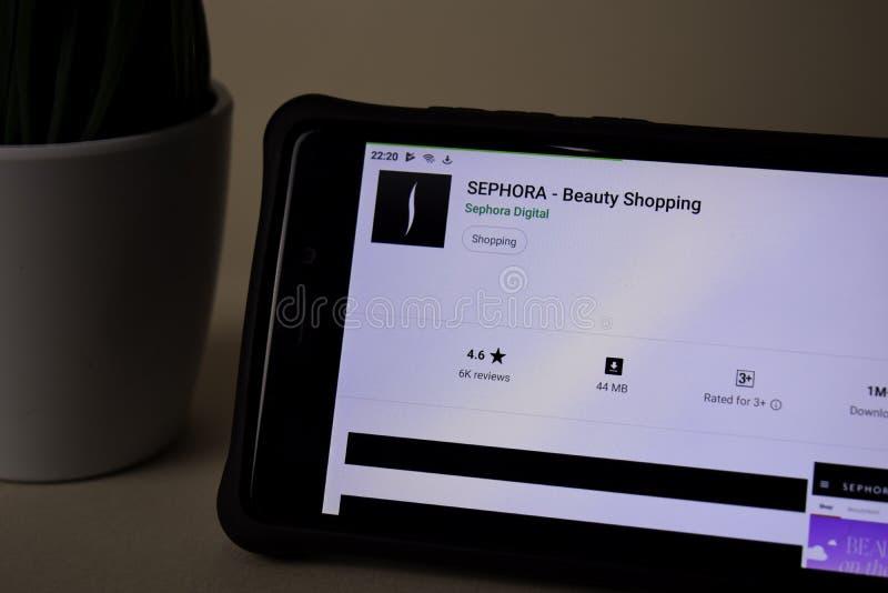 Applicazione dello sviluppatore di SEPHORE sullo schermo di Smartphone L'acquisto di bellezza è un web del freeware fotografie stock
