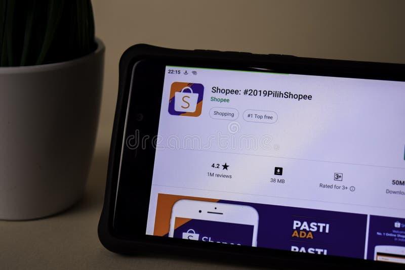 Applicazione dello sviluppatore di Shopee sullo schermo di Smartphone L'acquisto online facile è un web del freeware fotografia stock libera da diritti