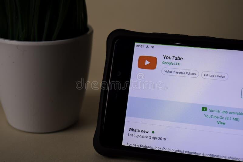 Applicazione dello sviluppatore di Youtube sullo schermo di Smartphone YouTube è un web browser del freeware fotografie stock