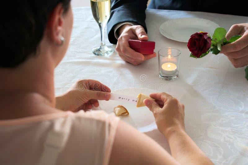Applicazione di matrimonio alla cena con un biscotto di fortuna immagine stock libera da diritti