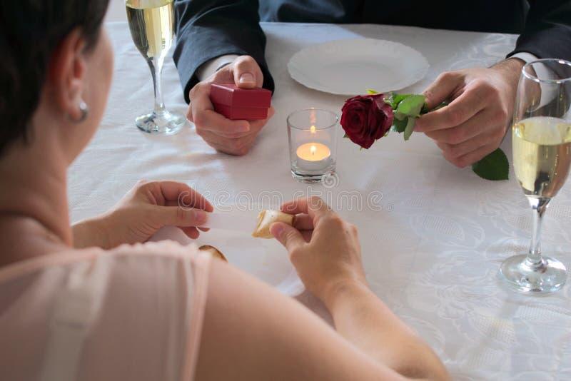 Applicazione di matrimonio alla cena con un biscotto di fortuna fotografia stock libera da diritti
