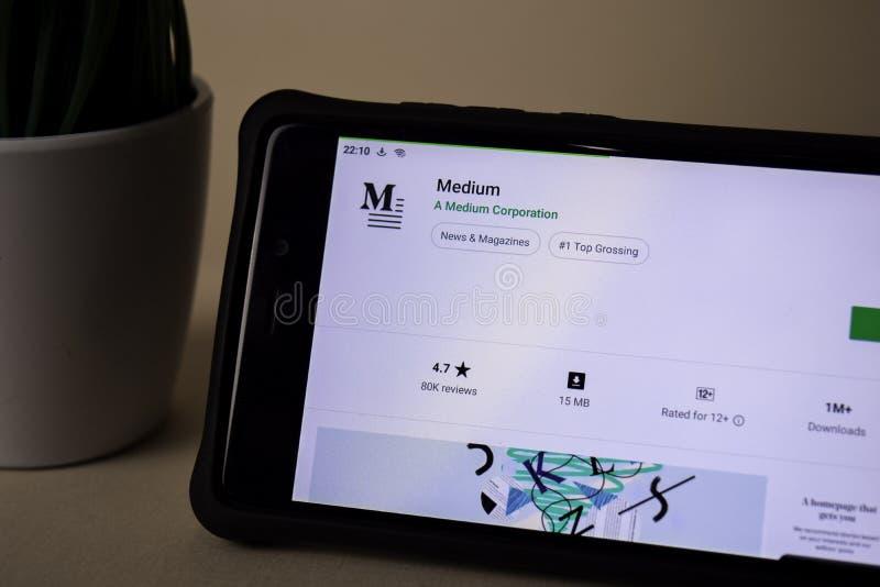 Applicazione media dello sviluppatore sullo schermo di Smartphone Il medium ? un web browser del freeware fotografia stock