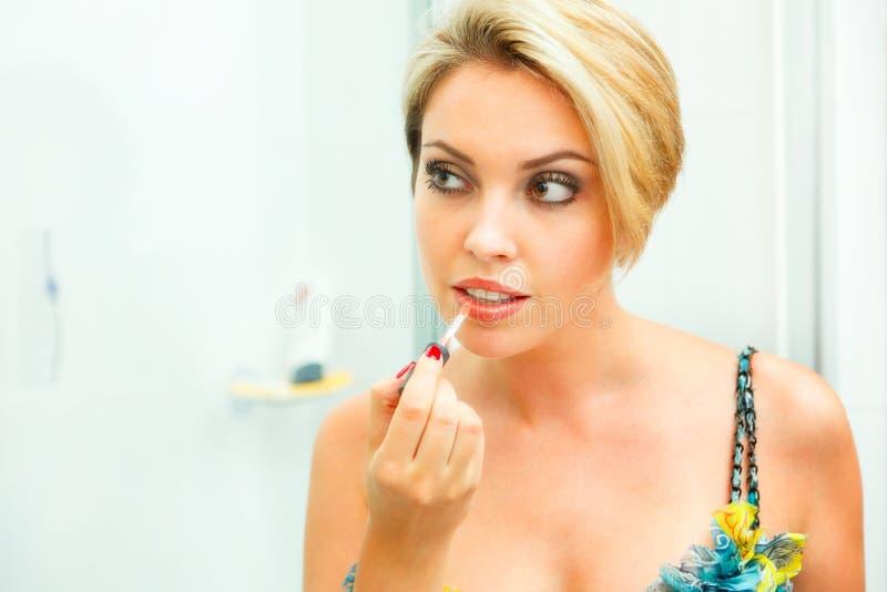 applicera den härliga läppstiftkvinnan för badrum royaltyfri foto