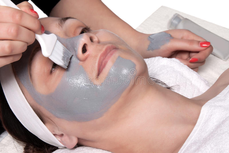 Applicera den kosmetiska maskeringen arkivfoton