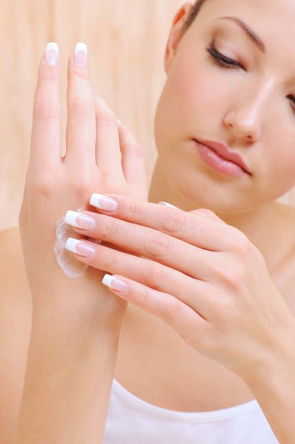 applicera den kräm- handkvinnan för cosmetic royaltyfri bild