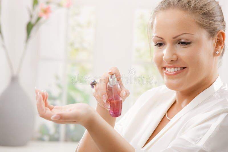 applicera doftkvinnan royaltyfria bilder