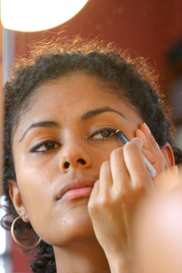 applicera eyeliner royaltyfri bild