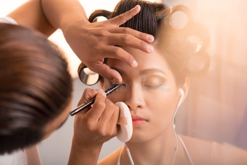 applicera eyeliner arkivbild