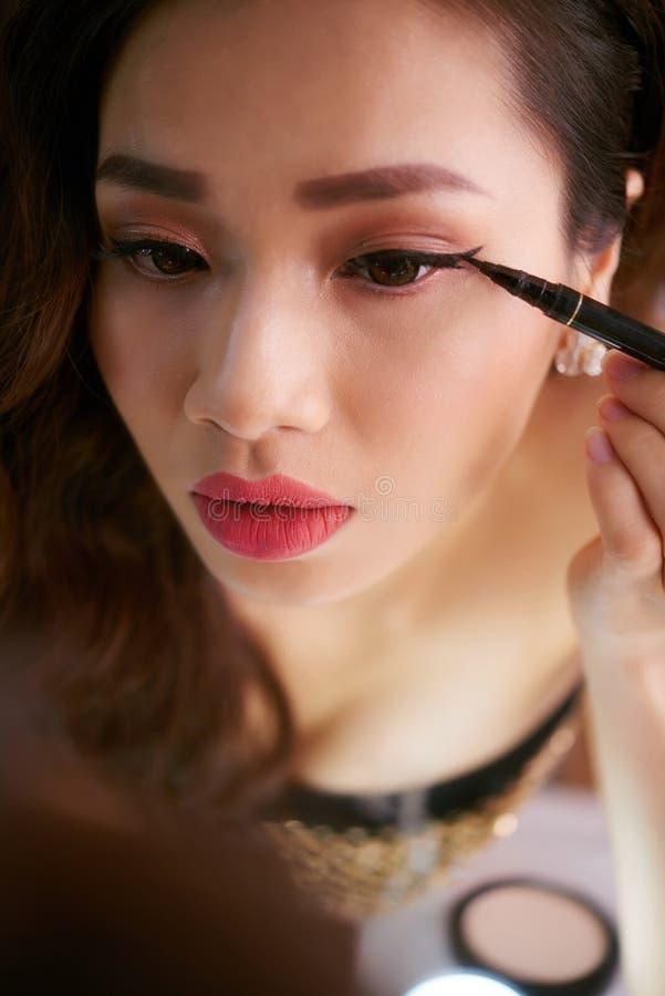 applicera eyeliner fotografering för bildbyråer