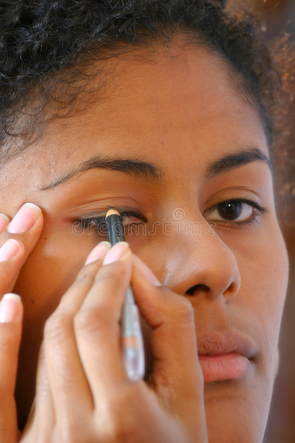 applicera eyeliner ii royaltyfri foto