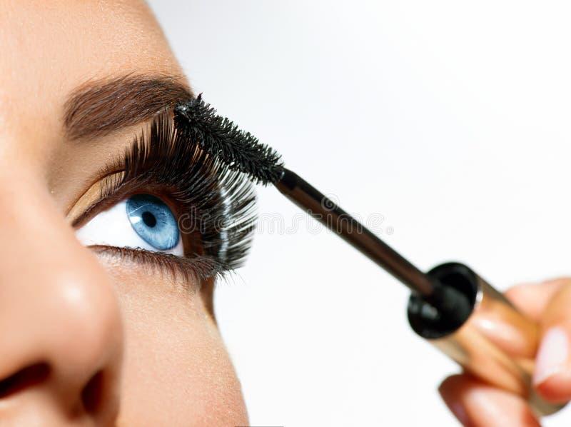 Applicera för mascara royaltyfri bild