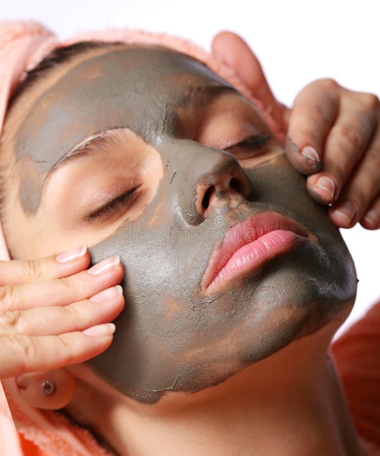 applicera för maskeringsmud för skönhet den kosmetiska brunnsorten arkivfoto