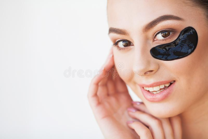 applicera genomskinlig fernissa för omsorgshud Härlig flicka med skönhetsmedelsvartlappar under royaltyfri bild