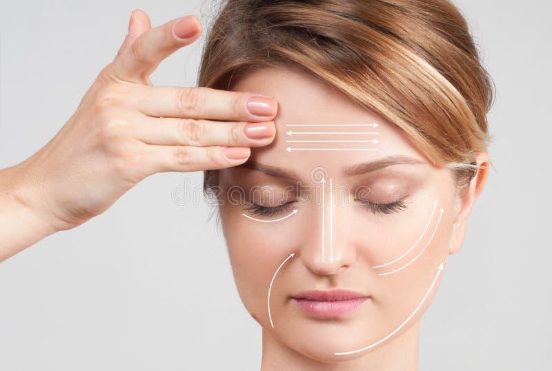 applicera genomskinlig fernissa för omsorgshud Kvinna med perfekt ren hud och ansikts- linjer för massage fotografering för bildbyråer