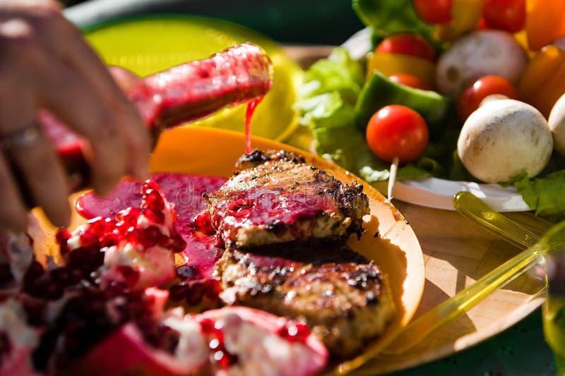applicera grillfestsås royaltyfria bilder