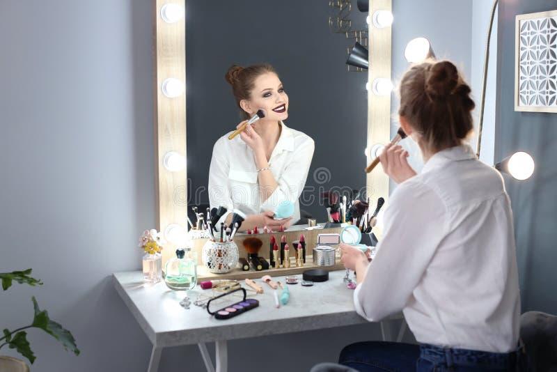 applicera härligt makeupkvinnabarn arkivfoton