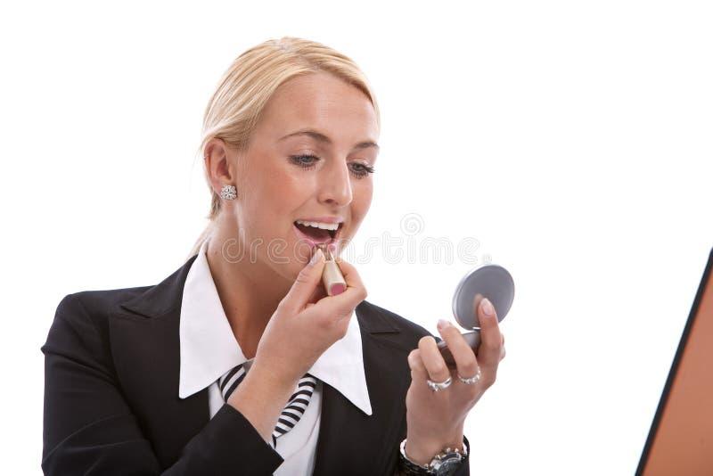 applicera henne läppstift arkivfoto