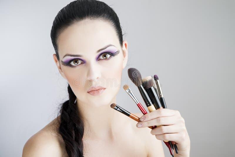 Applicera idérik makeup Yrkesmässigt slut för stående för ung kvinna för makeup och för frisyr härligt upp royaltyfria foton
