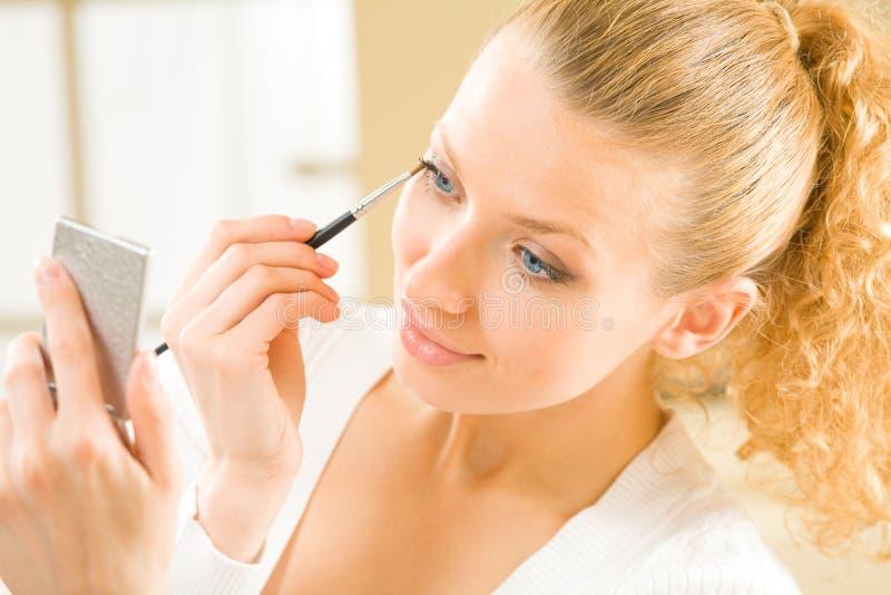 applicera kvinnan för ögonskugga fotografering för bildbyråer