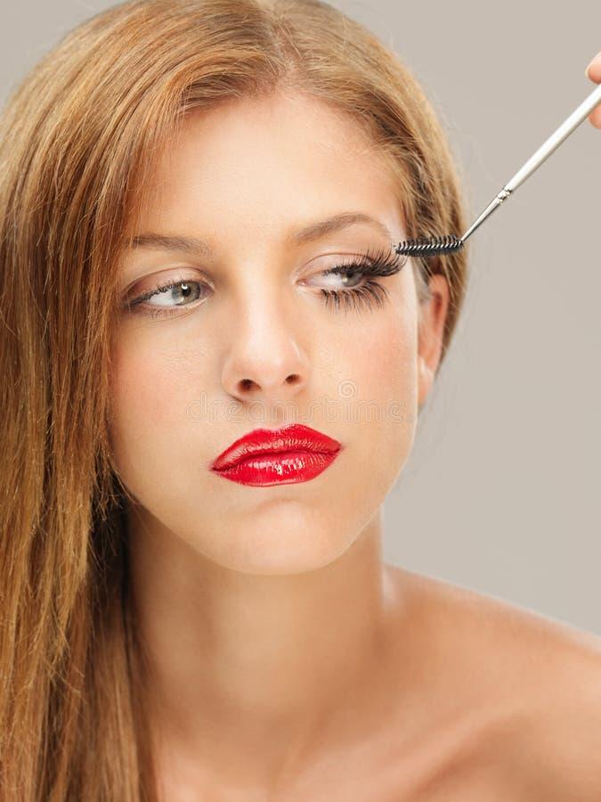 applicera kvinnan för stående för skönhetcloseupmascara royaltyfri bild
